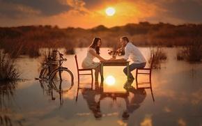 Обои вода, солнце, велосипед, стол, романтика, пара, влюблённые, беседа