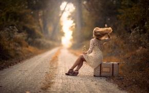 Картинка дорога, девушка, ветер, чемодан