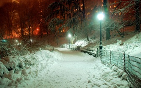 Картинка свет, снег, деревья, город, парк, забор, здания, вечер, фонарь, тротуар