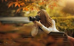 Обои осень, ветки, солнце, девушка, боке, шатенка, скамейка, фотоаппарат, парк, съемка