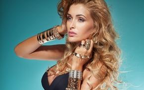 Картинка взгляд, девушка, украшения, фон, модель, кольца, макияж, браслеты, блондинка. кудри