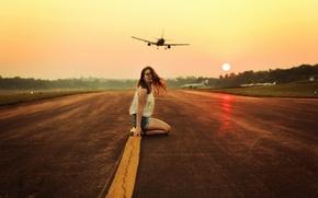 Картинка девушка, самолёты, взлётная полоса