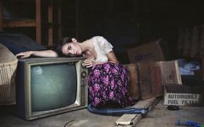 Картинка девушка, телевизор, чердак