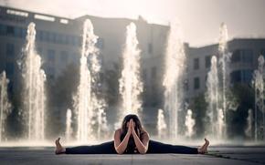 Картинка девушка, фонтан, шпагат, Gemma Vassallo