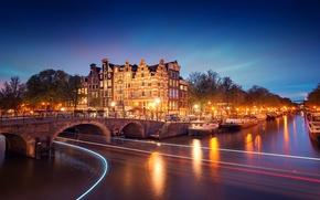 Картинка Amsterdam, освещение, Noord-Holland, город, огни, лодки, вечер, канал, Nederland, река, Голландия, мост, свет, деревья, выдержка, ...