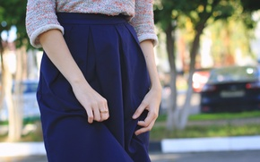 Картинка девушка, юбка, красота, кольца, руки