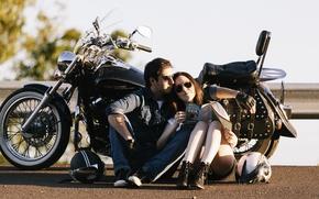 Картинка sunshine, road, woman, motorcycle, couple, helmets, shadow, male, travelling