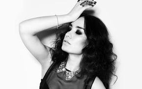 Картинка девушка, украшения, лицо, макияж, тени, блузка, черно-белое, Виктория Дайнеко