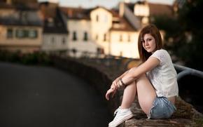 Картинка взгляд, девушка, город, шорты, кеды, шатенка