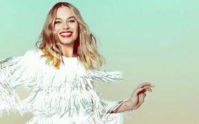 Картинка поза, улыбка, фон, настроение, фотошоп, макияж, платье, прическа, блондинка, красивая, в белом, фотосессия, Margot Robbie, …