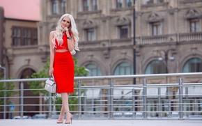 Картинка лето, взгляд, девушка, лицо, стиль, юбка, блондинка, каблуки, сумка, ножки, красотка