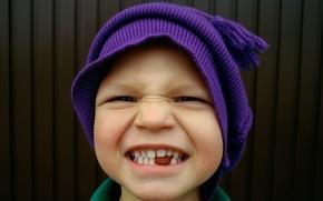 Обои скривился, бубон, мальчик, зубы, ребенок, улыбка, шапка