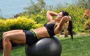 Картинка brunette, workout, fitness, outdoors, abs, ball training