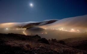 Обои дорога, небо, звезды, пейзаж, ночь, природа, огни, туман, холмы, луна, трасса, вечер, фонари, дымка, пригород