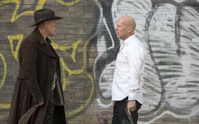 Картинка пистолет, стена, граффити, шляпа, нож, Брюс Уиллис, Bruce Willis, пальто, мачете, Джон Малкович, John Malkovich, …