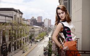 Картинка девушка, город, одежда, блузка, балкон