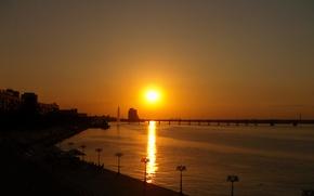 Картинка солнце, закат, мост, город, блики, отражение, река, вечер, фонари, золотой, Украина, набережная, Парус, Днепропетровск, Днепр