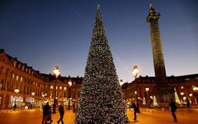 Картинка девушка, дом, люди, праздник, елка, фонари, парень, год, колонна, новый, new, year