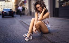 Картинка асфальт, девушка, улица, шорты, кудряшки, ножки, Даша, Darya