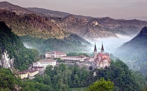 Картинка лес, горы, природа, туман, фото, замок, здания, собор, Испания, Астурия, Covadonga, хребет пикос-де-эуропа
