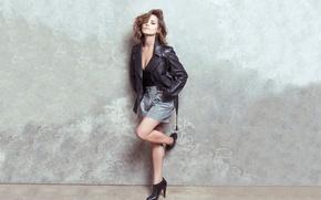 Картинка девушка, стена, актриса, красавица, туфли, шатенка, ножки, кожаная куртка, кожанка, Дженна Коулман, Jenna Coleman