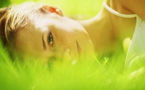 Обои зелень, трава, глаза, взгляд, девушка, солнце, макро, природа, лицо, фон, widescreen, обои, настроения, луг, wallpaper, ...