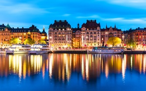 Обои отражение, теплоходы, дома, Stockholm, Швеция, огни, вода, ночь, фонари, река