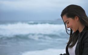 Картинка море, глаза, улыбка, брюнетка, куртка, профиль