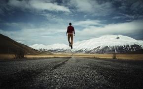 Картинка дорога, небо, горы, парень