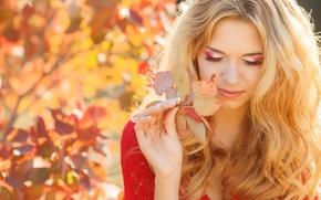Картинка осень, взгляд, девушка, улыбка, листок, макияж, блондинка