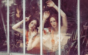 Картинка стекло, девушки, руки, лица