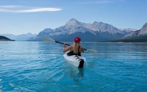 Обои пейзаж, кепка, девушка, озеро, майка, байдарка, блондинка, природа, горы, весло, гребля, лодка