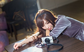 Картинка девушка, лицо, улыбка, стол, фотоаппарат, азиатка