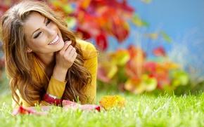 Картинка природа, шатенка, улыбка, волосы, локоны, зелень, девушка, смех, трава, осень