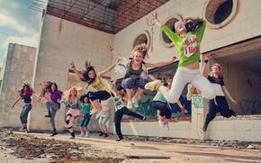 Обои девушка, полет, радость, счастье, движение, люди, ситуации, прыжок, обои, танец, в воздухе, прыжки, действие. улица. ...