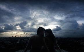 Обои крыша, облака, любовь, город, вечер, пара