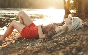 Картинка девушка, солнце, закат, природа, стиль, река, берег, одежда, вечер, очки, блондинка, топ