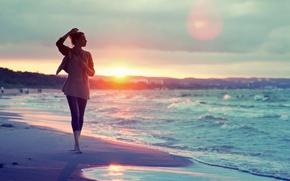 Картинка песок, море, вода, девушка, солнце, закат, следы, фон, люди, widescreen, обои, настроения, волна, wallpaper, широкоформатные, …