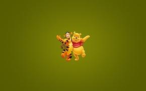 Обои минимализм, Винни-Пух, тигра, disney, обнимка, Winnie-the-Pooh, на веселе, tigger, темноватый зеленый фон