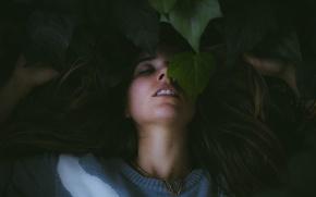 Обои портрет, эмоция, девушка, страсть, листья