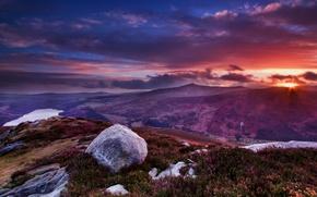 Ирландия, горы, вершина, пейзаж, камни, цветы, трава, облака, солнце, закат, вид обои
