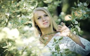 Картинка зелень, улыбка, настроение, милая, волосы, блондинка, кружево