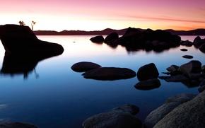 Картинка небо, закат, озеро, камни, скалы, зарево