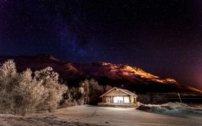 Картинка свет, снег, звёзды, горы, природа, зима, деревья, домик, дом, ночь, небо, звезды