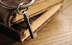 Картинка макро, стол, книги, размытость, ключ, кольцо, книжки, старинные, боке, шикарные, books, знания, wallpaper., фолианты