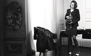 Картинка фото, стол, комната, модель, кресло, актриса, прическа, костюм, черно-белое, сумка, плащ, Kristen Stewart, Кристен Стюарт, …