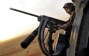 Обои пустыня, Пулемет, лента, шлем, стрелок