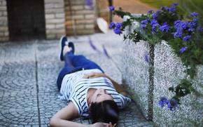 Картинка асфальт, девушка, цветы, фон, обои, настроения, брюнетка, лежит, wallpapers, цветочки. природа