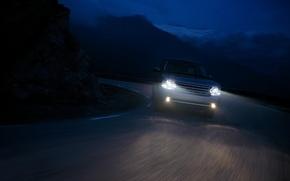 Обои путь, горы, дорога, speed, range rover, машины, дождь, ночь, тачки, скалы, поворот, капли
