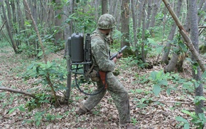 Картинка лес, солдат, экипировка, огнемет